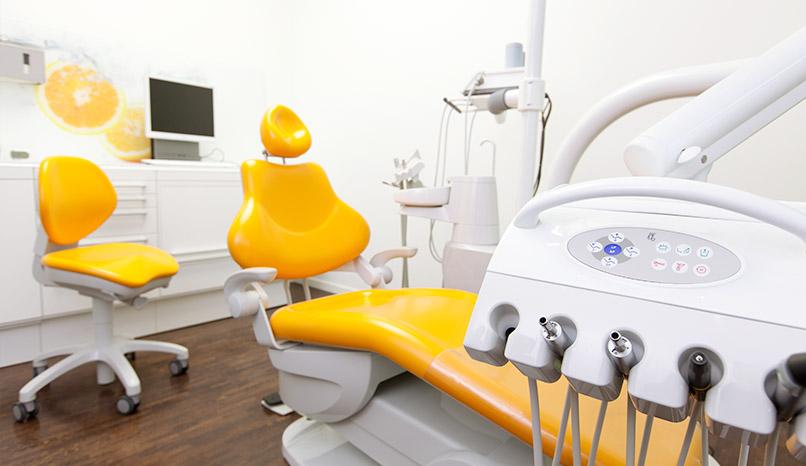 Oranges Behandlungszimmer von Zahnwerk Rehbein. Ihre Zahnarztpraxis für Leipheim, Günzburg, Langenau.